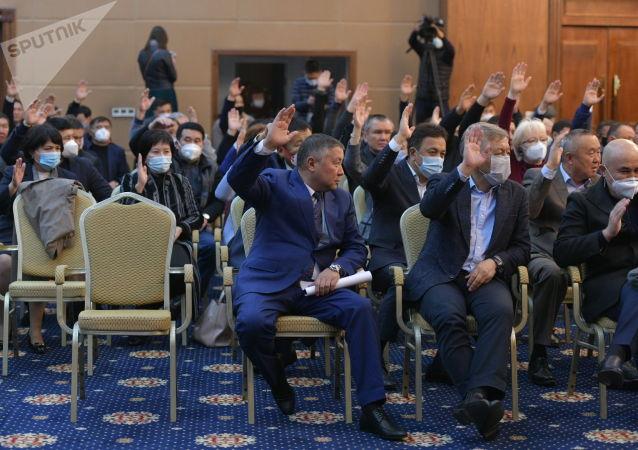 На внеочередном заседании Жогорку Кенеша лидера фракции Кыргызстан Каната Исаева выдвинули кандидатом на пост спикера парламента.