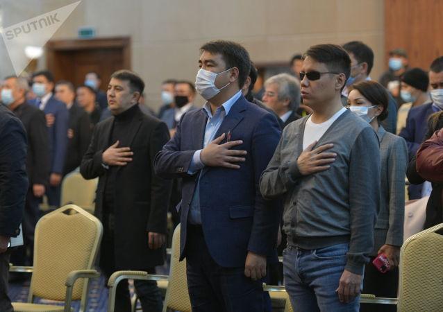 Депутаты во время гимна в госрезиденции во время внеочередного заседания Жогорку Кенеша. 13 октября 2020 года