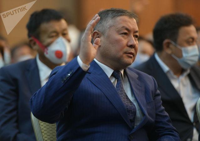 Лидер фракции Кыргызстан Канат Исаев в госрезиденции во время внеочередного заседания Жогорку Кенеша. 13 октября 2020 года