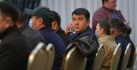 Депутат ЖК Урмат Самаев в госрезиденции Алар-Арча во время внеочередного заседания Жогорку Кенеша