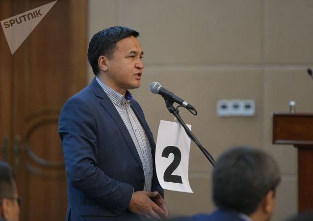 Депутат Каныбек Иманалиев во время гимна в госрезиденции Ала-Арча во время внеочередного заседания Жогорку Кенеша. 13 октября 2020 года