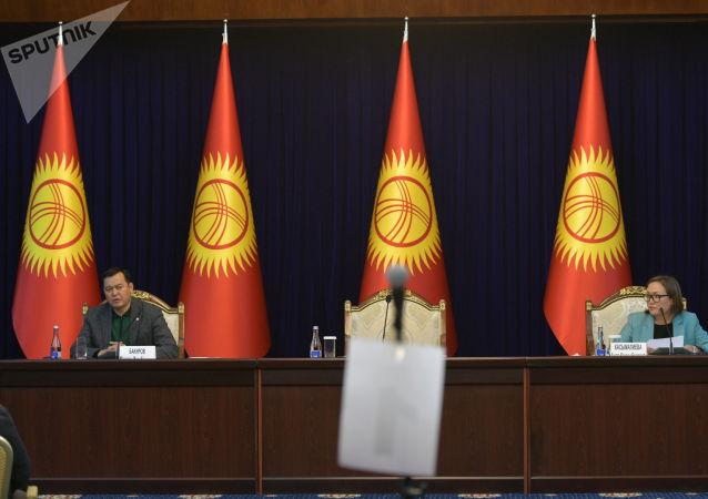 Вице-спикеры Жогорку Кенеша Мирлан Бакиров и Аида Касымалиева в госрезиденции Ала-Арча во время внеочередного заседания Жогорку Кенеша. 13 октября 2020 года