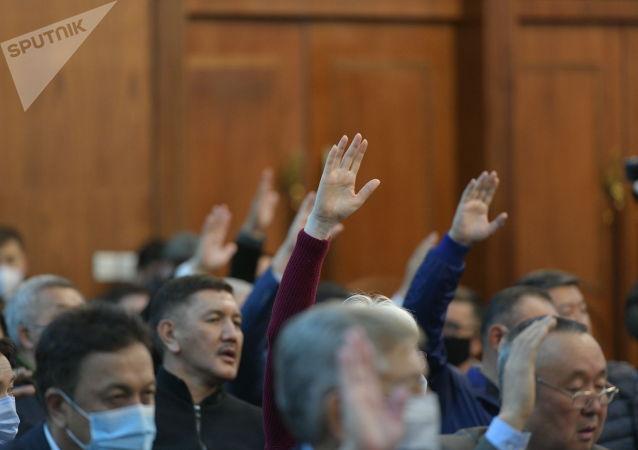 Депутаты во время голосования в госрезиденции Ала-Арча во время внеочередного заседания Жогорку Кенеша. 13 октября 2020 года
