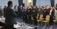 Депутаты во время гимна в госрезиденции Ала-Арча во время внеочередного заседания Жогорку Кенеша