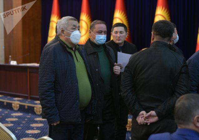 Депутаты в госрезиденции Ала-Арча во время внеочередного заседания Жогорку Кенеша. 13 октября 2020 года