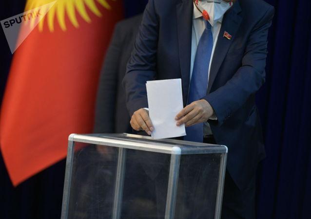 Депутаты во время голосования по кандидатуре Каната Исаева на пост спикера в госрезиденции Алар-Арча на внеочередном заседании Жогорку Кенеша. 13 октября 2020 года