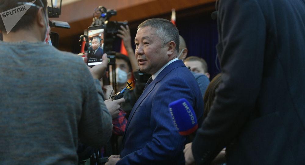 Лидер фракции Кыргызстан Канат Исаев в госрезиденции во время внеочередного заседания Жогорку Кенеша
