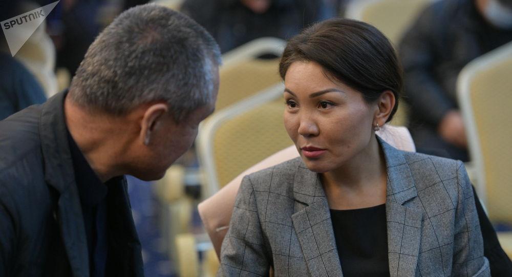 Депутат Эльвира Сурабалдиева в госрезиденции Ала-Арча во время внеочередного заседания Жогорку Кенеша. Архивное фото