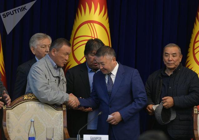 Депутаты поздравляют новоизбранного спикера ЖК, лидера партии Кыргызстан Каната Исаева в госрезиденции во время внеочередного заседания Жогорку Кенеша. 13 октября 2020 года