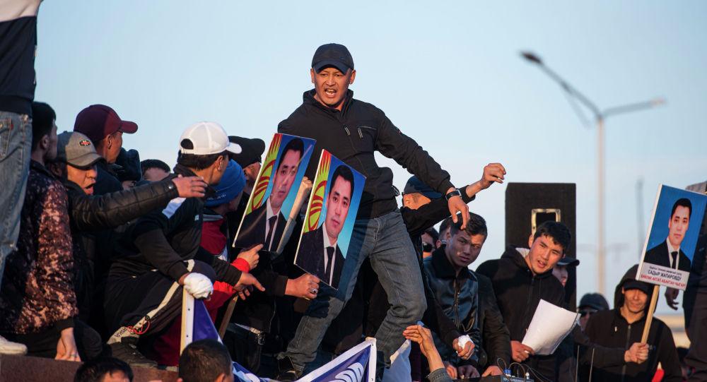 Сторонники Садыра Жапарова во время митинга. Архивное фото