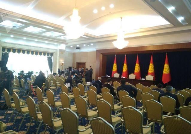 Журналисты в госрезиденции Ала-Арча, где планируется внеочередное заседание Жогорку Кенеша