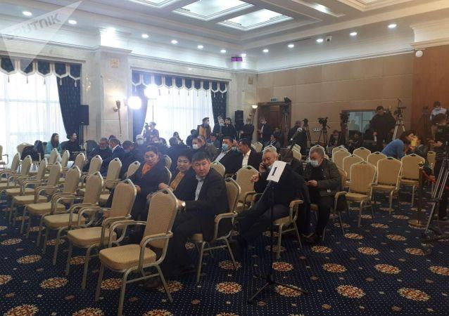 Депутаты Жогорку Кенеша в госрезиденции Ала-Арча, где планируется внеочередное заседание