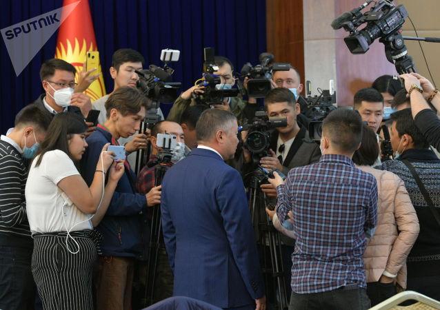 Спикер Канат Исаев отвечает на вопросы журналистов в госрезиденции Ала-Арча во время внеочередного заседания Жогорку Кенеша