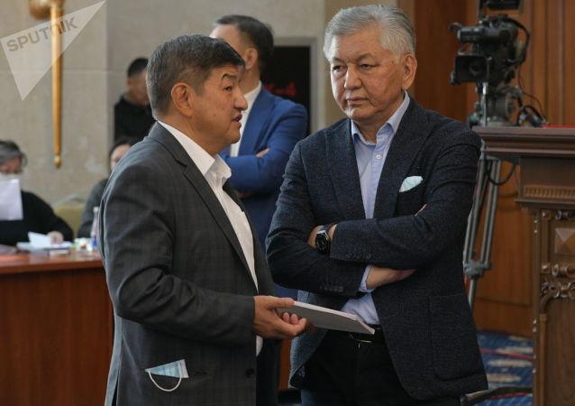Депутаты Акылбек Жапаров и Иса Омуркулов в госрезиденции Ала-Арча во время внеочередного заседания Жогорку Кенеша