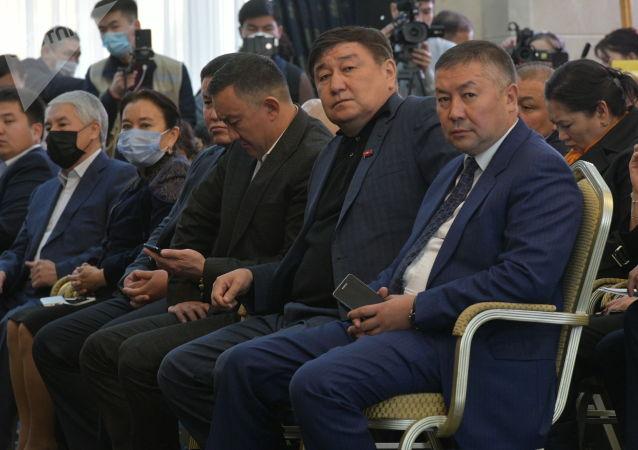 Депутаты Жогорку Кенеша в госрезиденции Ала-Арча во время внеочередного заседания