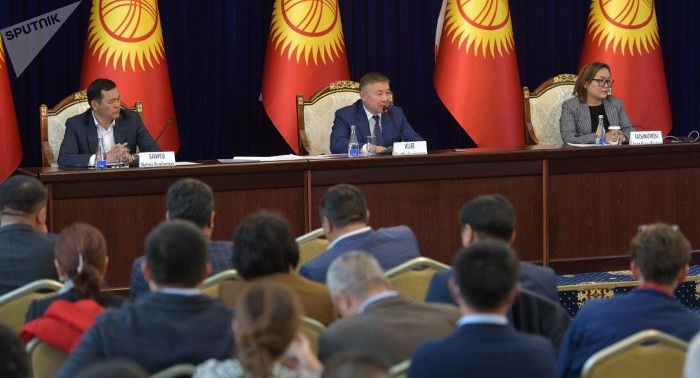 Спикер Канат Исаев и вице-спикеры Мирлан Бакиров и Аида Касымалиева на внеочередном заседании Жогорку Кенеша в госрезиденции Ала-Арча