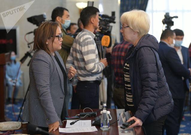 Вице-спикер Аида Касымалиева и депутат Евгения Строкова в госрезиденции Ала-Арча во время внеочередного заседания Жогорку Кенеша