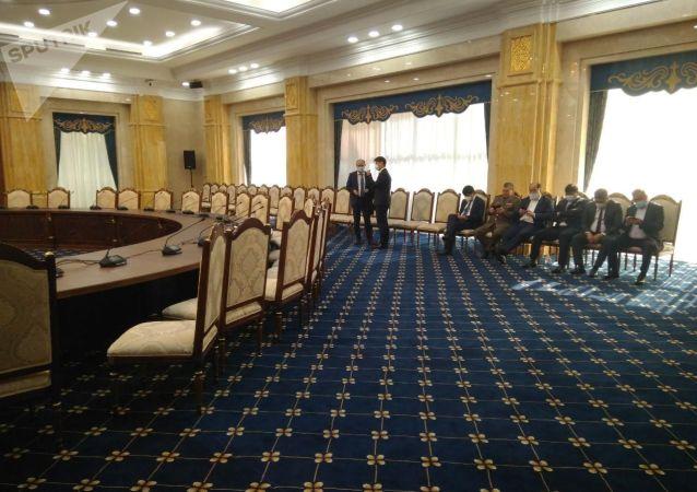 Министры в госрезиденции Ала-Арча, где проходит внеочередное заседание