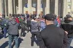 Эски аянтка чогулгандар талапкерлиги премьер-министрликке сунушталып жаткан Садыр Жапаровдун тарапташтары экени айтылууда.