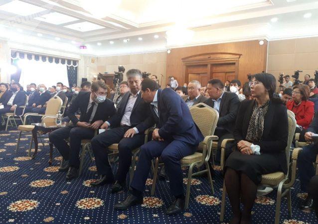 Артем Новиков и Аида Исмаилова во время заседания Жогорку Кенеша в госрезиденции Ала-Арча. 14 октября 2020 года