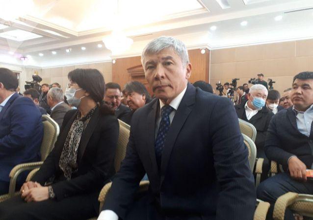 Кандидат на должность вице-премьера на внеочередном заседании Жогорку Кенеша в госрезиденции Ала-Арча Максат Мамытканов