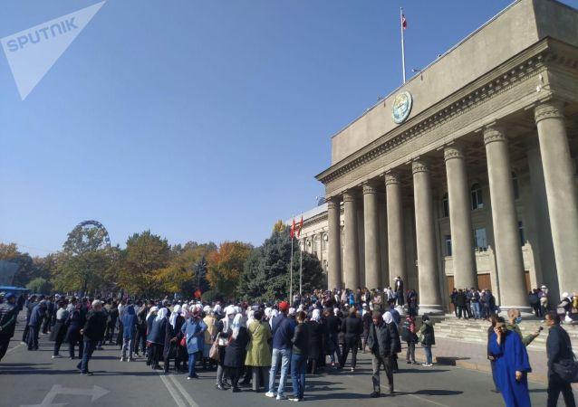 Митинг сторонников Садыра Жапарова у дома правительства в Бишкеке. 14 октября 2020 года