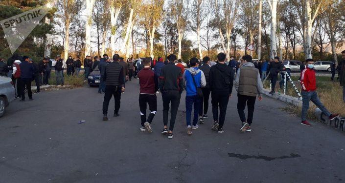 Митинг сторонников президента Сооронбая Жээнбекова у заброшенной гостиницы Иссык-Куль в Бишкеке