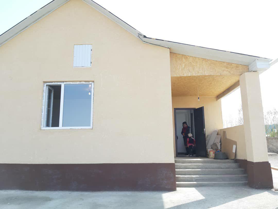 В Нарынской области местные жители построили дом для семьи памирских кыргызов