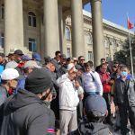 Митинг за отставку президента Сооронбая Жээнбекова у дома правительства в Бишкеке . 15 октября 2020 года