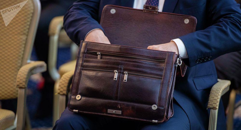 Чиновник с портфелем на заседании. Архивное фото