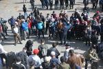 Люди у гостиницы Иссы-Куль в Бишкеке