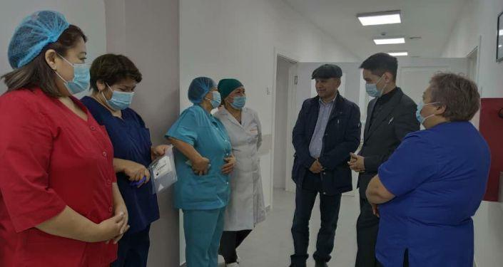 В Иссык-Кульской областной объединенной больнице сдали в эксплуатацию новый инфекционный госпиталь на 35 коек, 25 из которых будут палатами интенсивной терапии.