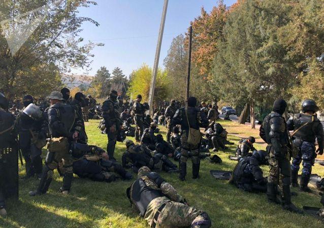 Сотрудники спецназа у гостиницы Иссы-Куль во время митинга за отставку президента Сооронбая Жээнбекова в Бишкеке. 15 октября 2020 года