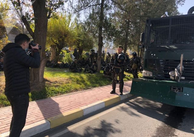 Сотрудники спецназа у гостиницы Иссык-Куль во время митинга за отставку президента Сооронбая Жээнбекова в Бишкеке. 15 октября 2020 года