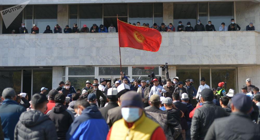 Митинг за отставку президента Сооронбая Жээнбекова вокруг гостиницы Иссык-Куль в Бишкеке