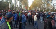 Бишкектеги Ысык-Көл мейманканасынын алдына чогулган митингчилер ушу тапта Өкмөт үйүн көздөй бет алышты