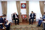 Министр иностранных дел Кыргызстана Руслан Казакбаев во время встречи с послом России в КР Николаем Удовиченко