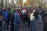 Митингующие за отставку президента Сооронбая Жээнбекова около гостиницы Иссык-Куль в Бишкеке