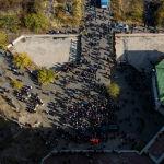 Митинг за отставку президента Сооронбая Жээнбекова у бывшей гостиницы Иссык-Куль в Бишкеке. Вид с дрона. 15 октября 2020 года