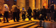 Митингующие призывают Жогорку Кенеш распуститься. Ожидается, что перед ними выступит премьер-министр Садыр Жапаров.