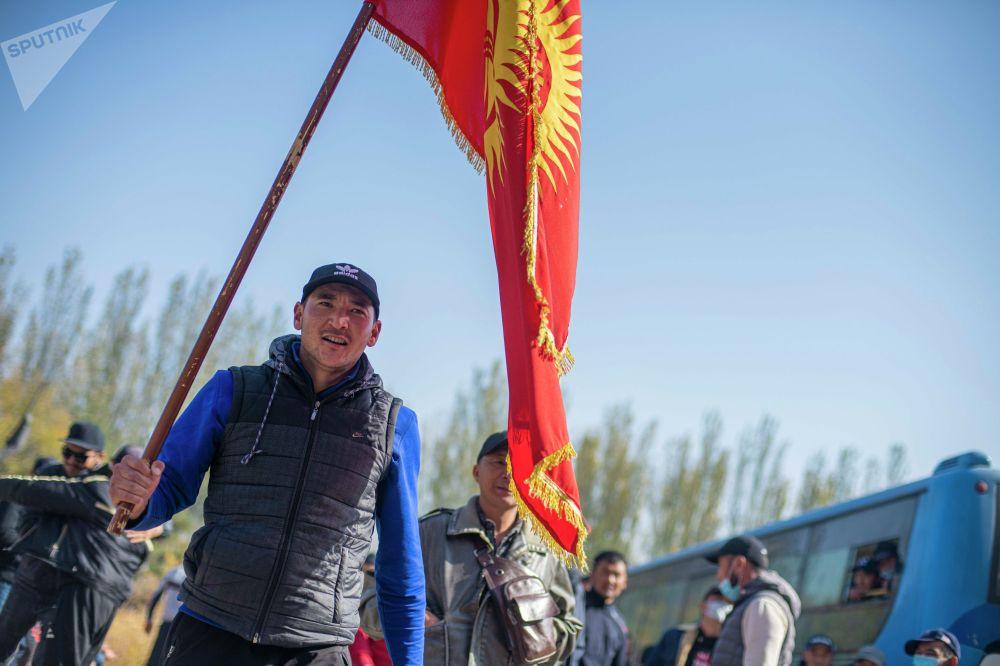 Митинг за отставку президента Сооронбая Жээнбекова вокруг гостиницы Иссык-Куль в Бишкеке. 15 октября 2020 года