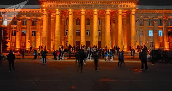 Митингующие у Дома правительства на Старой площади в Бишкеке, которые выступают за роспуск парламента