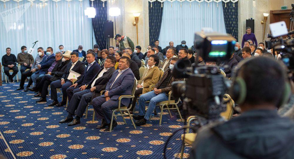Депутаты Жогорку Кенеша на заседании в госрезиденции Ала-Арча. Архивное фото