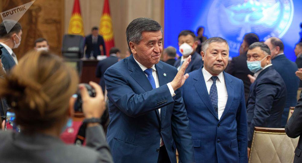 Президент Кыргызстана Сооронбай Жээнбеков и спикер ЖК Канат Исаев на внеочередном заседании Жогорку Кенеша в госрезиденции Ала-Арча
