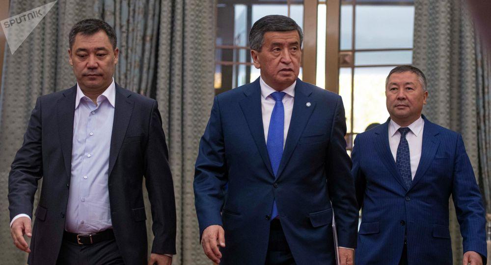 Избранный президент КР Садыр Жапаров и экс-глава государства Сооронбай Жээнбеков. Архивное фото