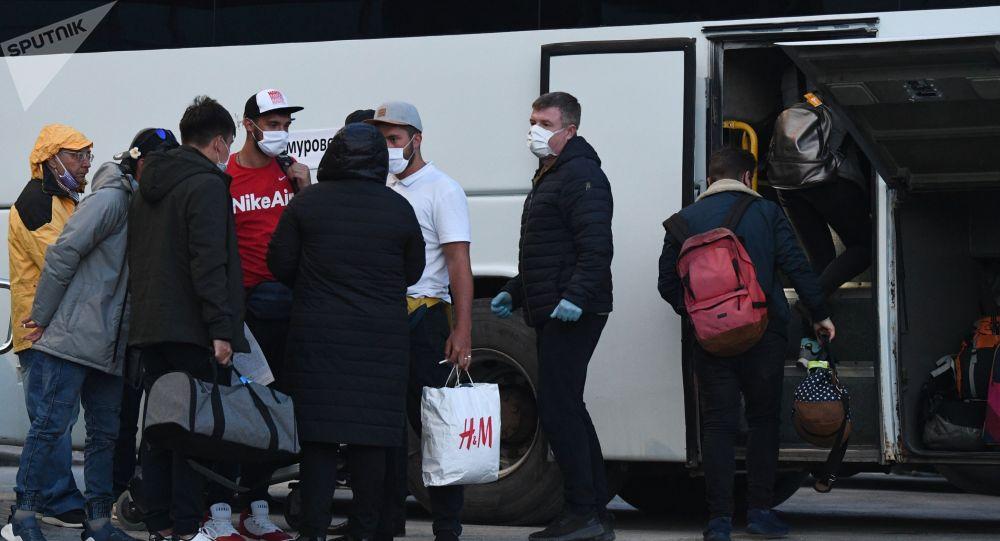 Пассажиры возле междугороднего автобуса. Архивное фото