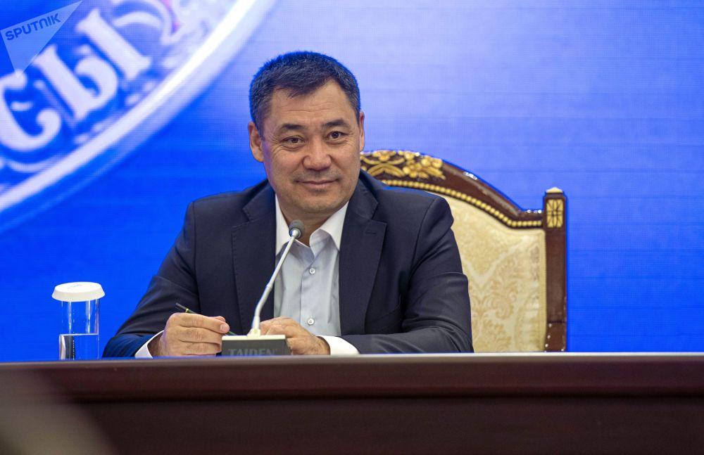 Премьер-министр КР Садыр Жапаров на внеочередном заседании парламента в государственной резиденции Ала-Арча в Бишкеке, где рассматривается вопрос об отставке президента Сооронбая Жээнбекова. Накануне Сооронбай Жээнбеков объявил об уходе в отставку.