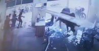 В Индии два быка сошлись в яростной схватке посреди улицы. Они снесли витрину спортивного учреждения на глазах у ошеломленных посетителей.