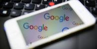 Логотип поисковой системы Google на экране телефона. Архивное фото