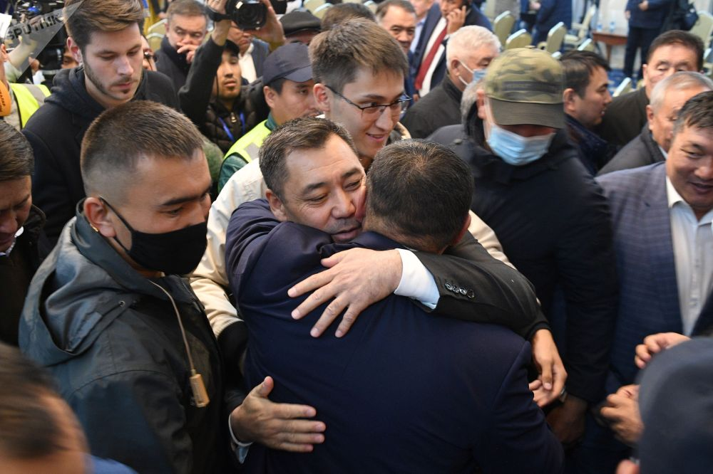 Новоизбранный премьер-министр Садыр Жапаров (в центре) на внеочередном заседании парламента КР в государственной резиденции Ала-Арча в Бишкеке.